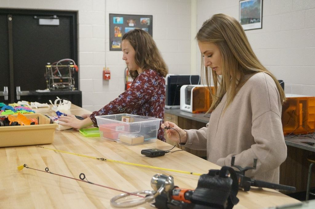 Students from the Stockbridge InvenTeam at work on The Ezra Project [Image: XYZprinting]