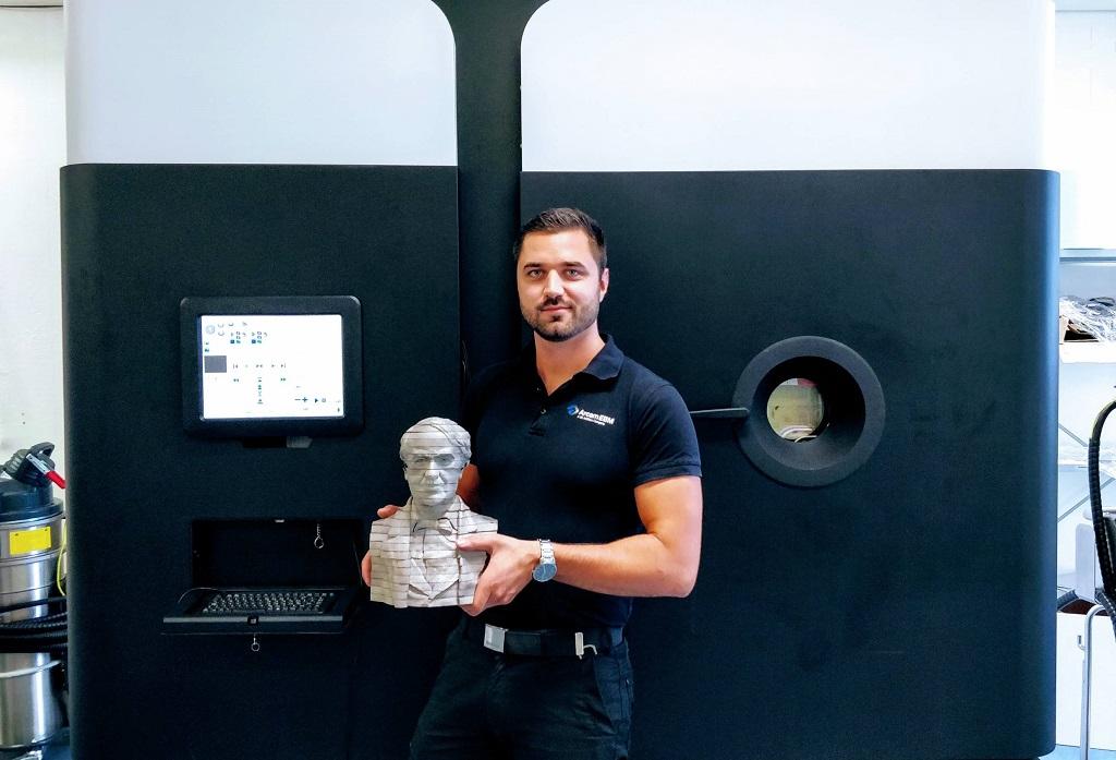 Oskar Zielinski with the 3D printed bust of Thomas Edison [Image: GE Additive]