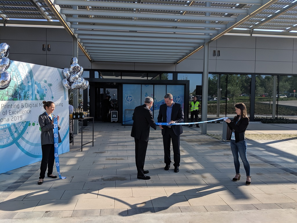 Christoph Schell and Ramon Pastor cut the ribbon [Image: Fabbaloo]