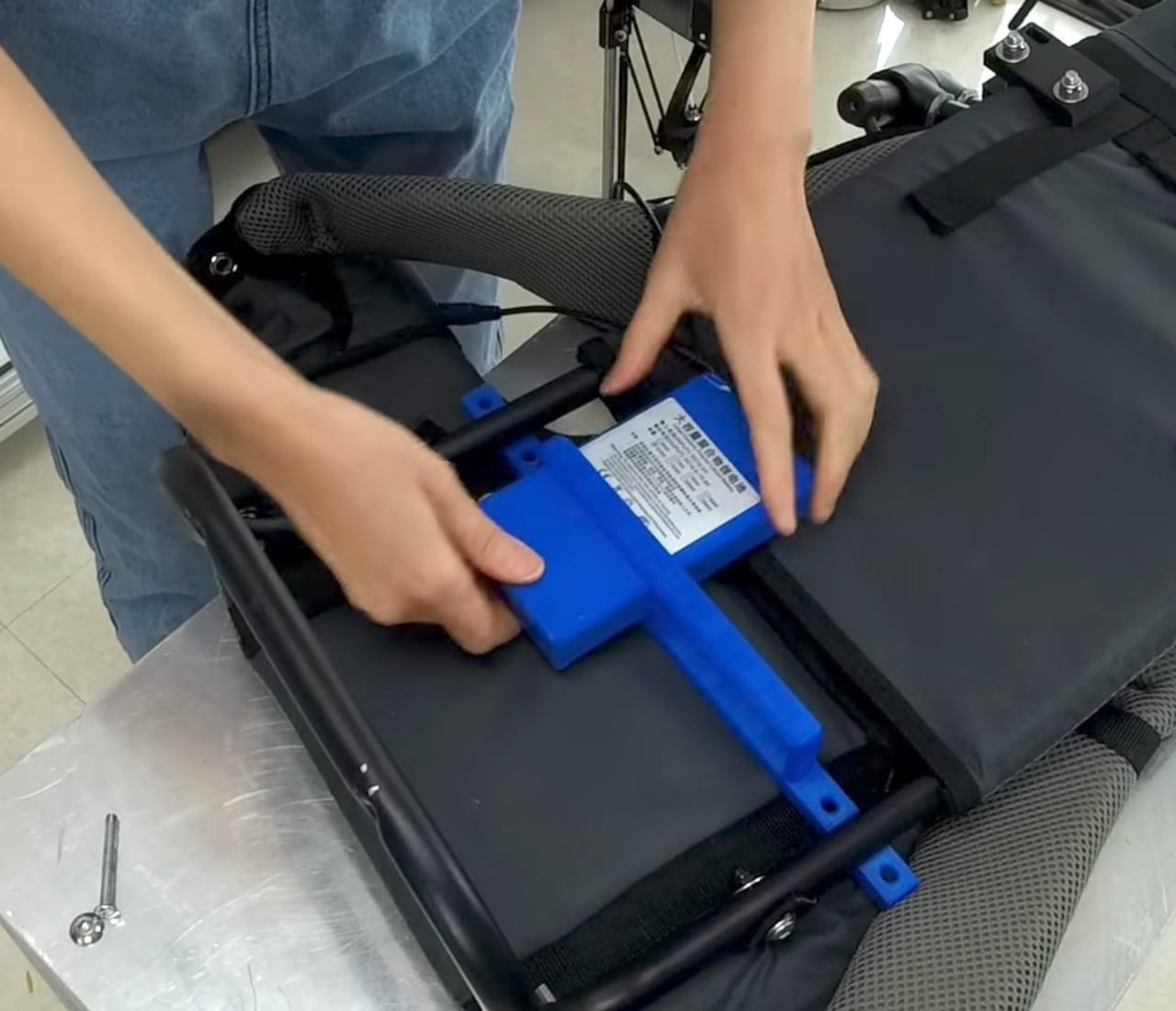 Mounting the batteries in the wearable 3D printer harness