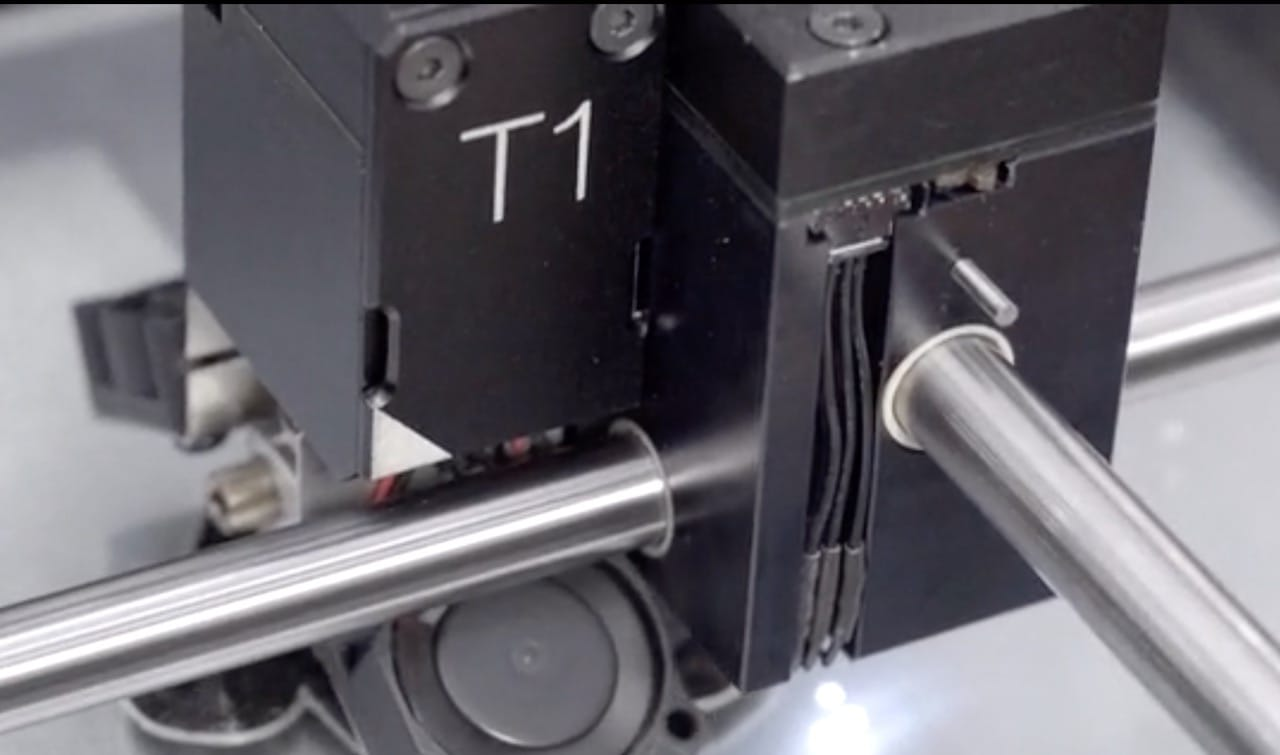 The BS210's slide parking head system, showing extruder T1 currently attached on the left side