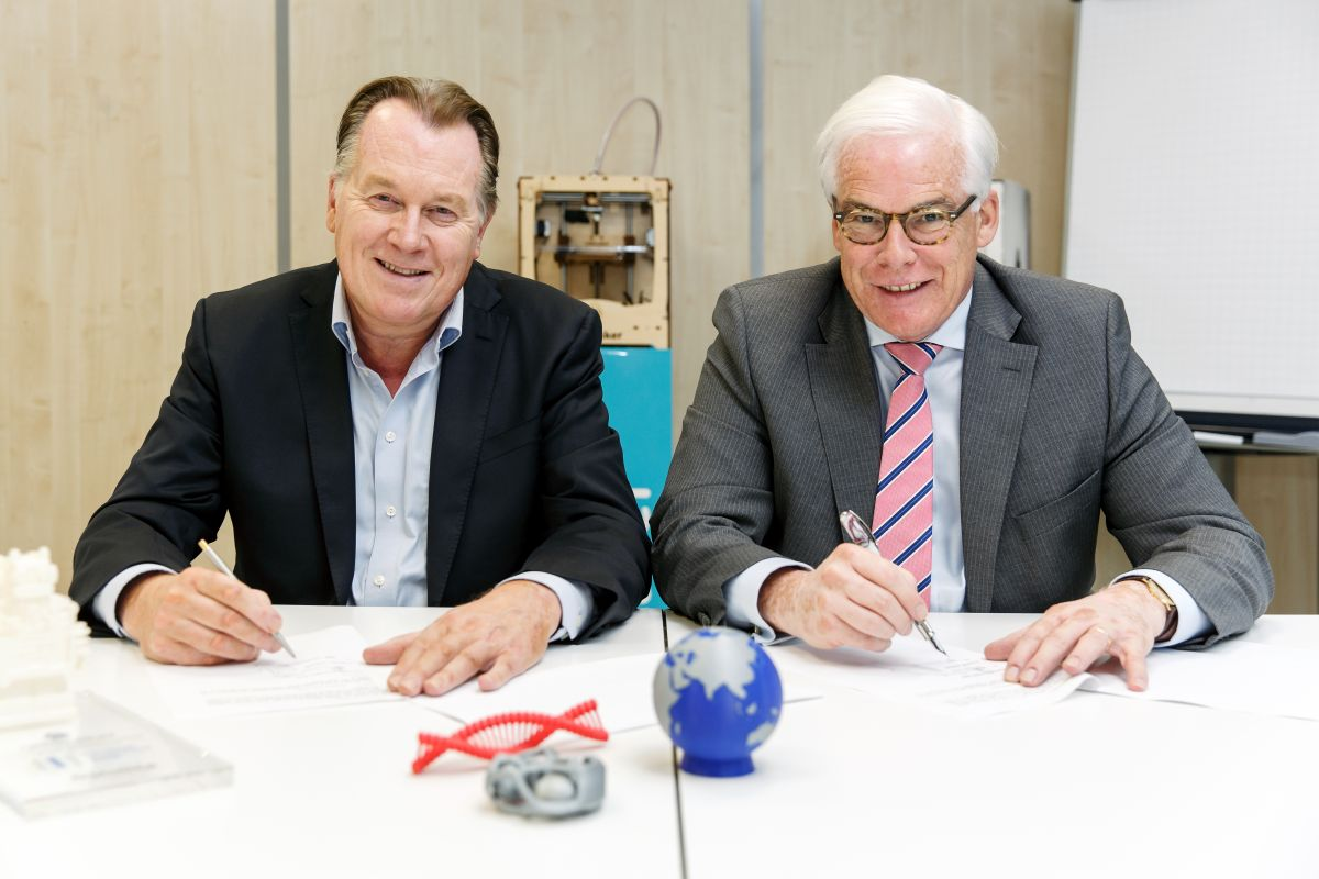 Ultimaker CEO Jos Burger signing the agreement