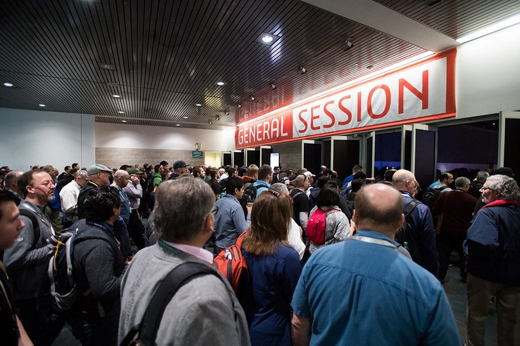 The crowd surges into the general session at SWW 2018 [Image: SOLIDWORKS]